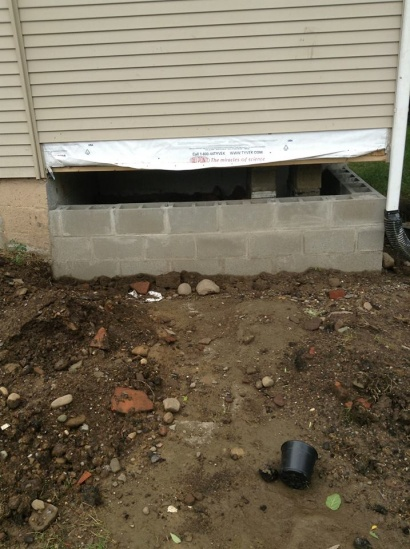 "Building ""basement wall"" to support house weight. Top row of block issue-1010724_10200753063921965_910262004_n.jpg"