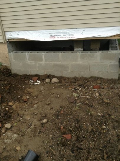 "Building ""basement wall"" to support house weight. Top row of block issue-1013002_10200753063441953_1492617875_n.jpg"