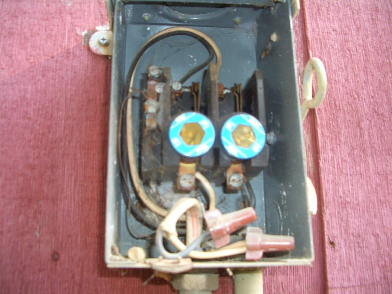148121d1431145570 replace old well disconnect breaker box 15may06_76 two 15 amp fuses replace this old well disconnect breaker box? electrical diy replace fuse in breaker box at eliteediting.co