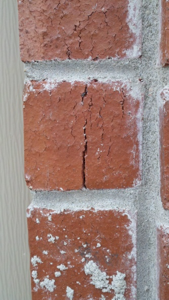 New house, lots of fire cracks in bricks-2012-12-09_14-14-34_422.jpg