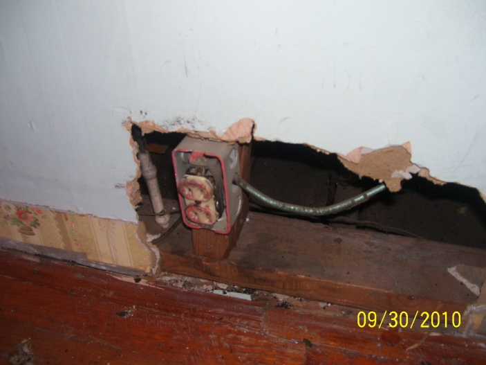 My house's previous owner - DIY horror stories-2f-bedroom2-outlet-falling-apart-metal-box-no-clamps.jpg
