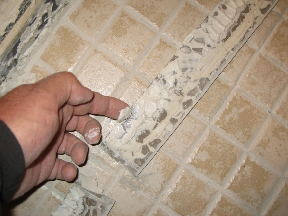 tile man used mastic glue on entrance to shower-561.jpg