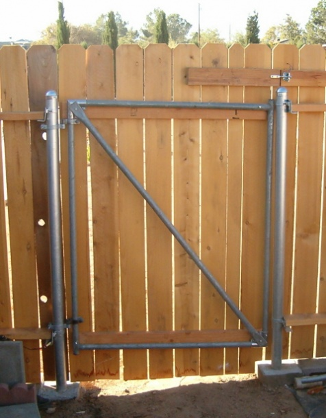 Wood Fence with metal post-gate-004a.jpg