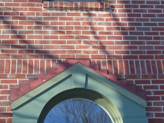 Crack in brick siding safe/serious? (pic)-img_0861.jpg