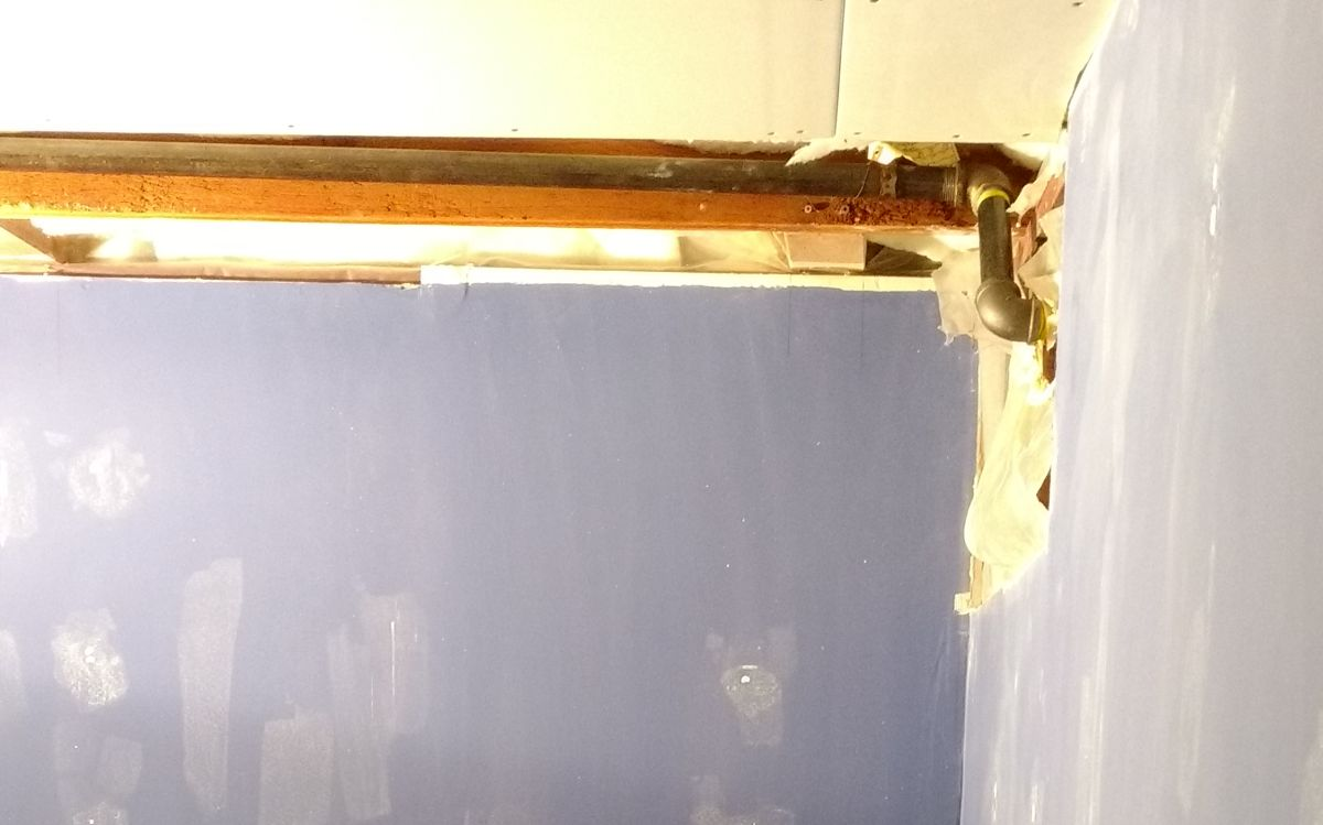 Sweating gas pipe on inside wall (anyway to stop it?)-img_20171211_171733095.jpg