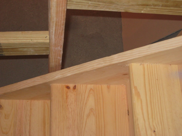 Stairs- Carpeting against stringer/drywall-img_3048.jpg