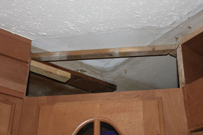 Bad install of kitchen cabinets-img_4233.jpg
