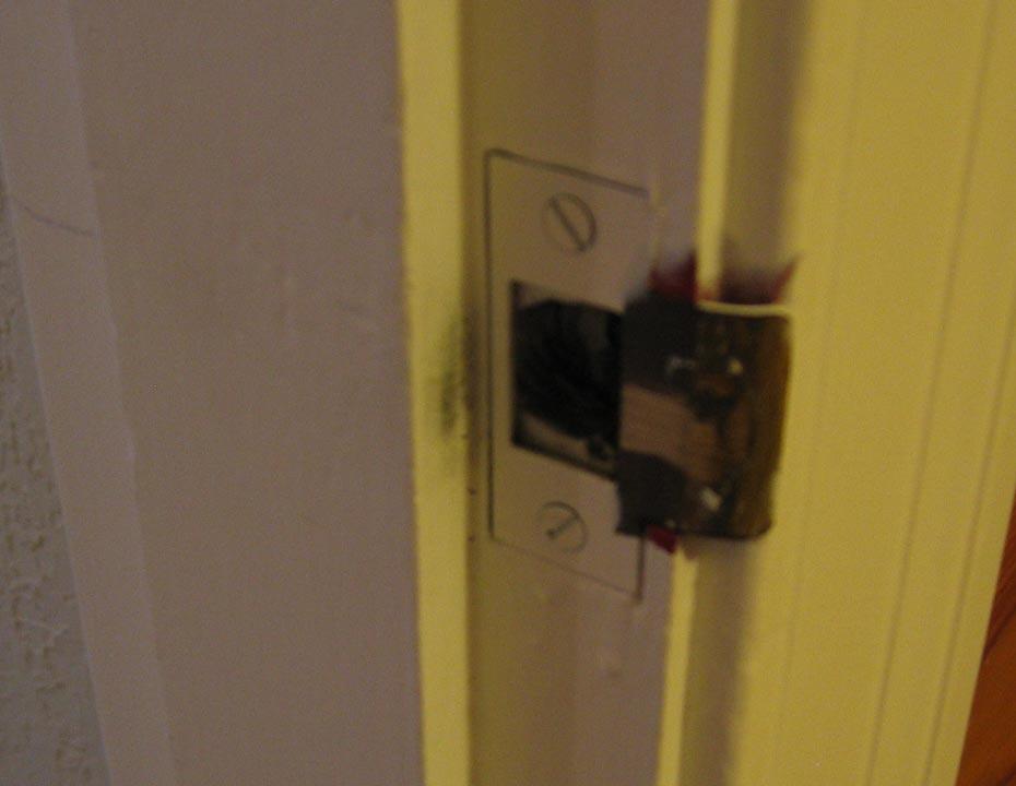 Interior doors won't close properly-jamb_plate.jpg