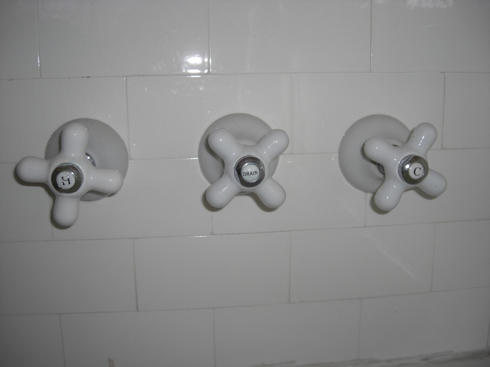 Need help with slow draining bathtub-tubcontrols.jpg