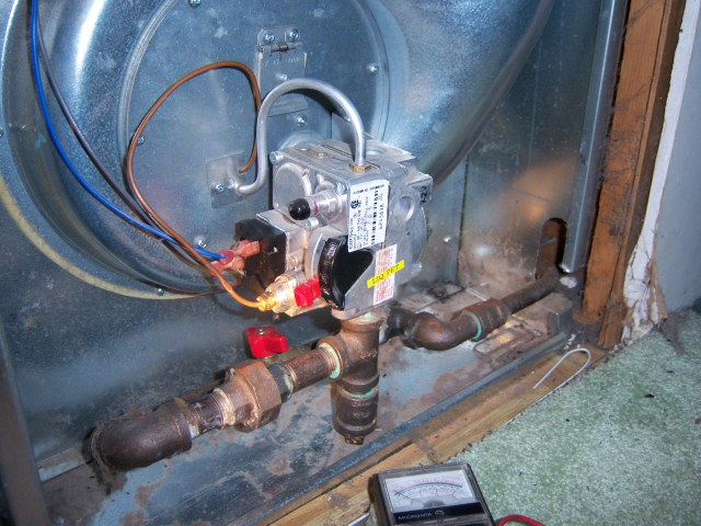 pilot lights, but not burners-valve.jpg