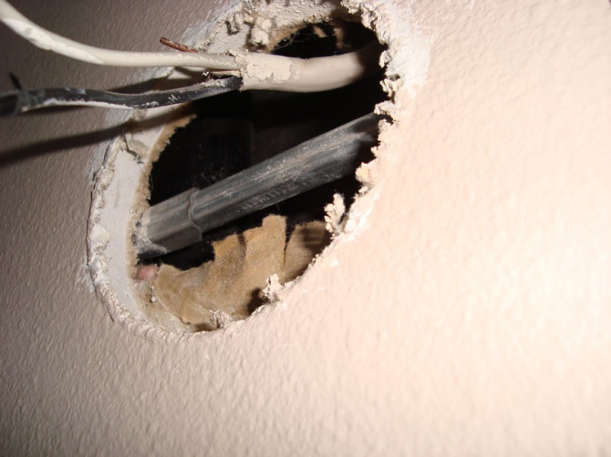 Metal bar in way of junction box-wiring2.jpg