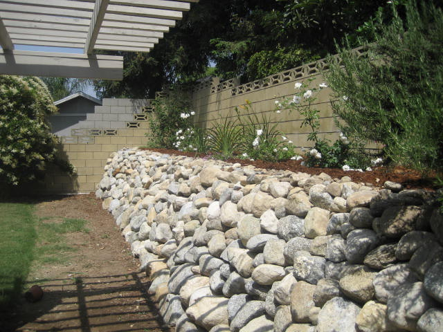 rock wall backyard 002